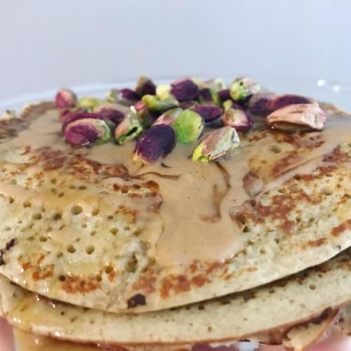 pancakes μπανάνας-αμυγδαλοβούτυρο-μέλι-φυστίκι